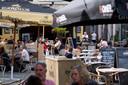 Terrassen op de Vismarkt in Mechelen. De stad biedt de inwoners een Mechelenbon om te spenderen in de lokale horeca.
