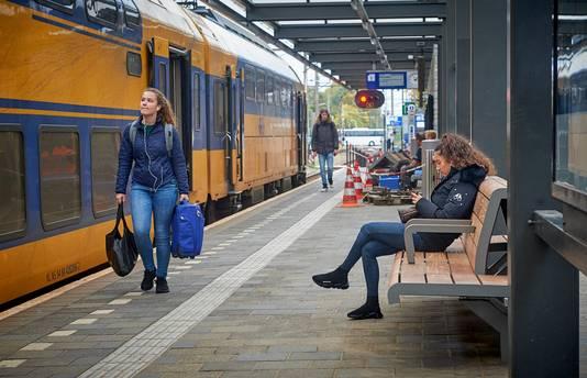 Nieuwe houten bankjes op het station te Oss Fotograaf: Van Assendelft/Jeroen Appels