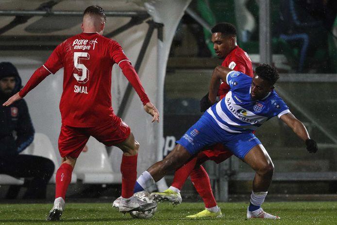 Virgil Misidjan (rechts) in duel tegen zijn waarschijnlijke nieuwe club FC Twente.