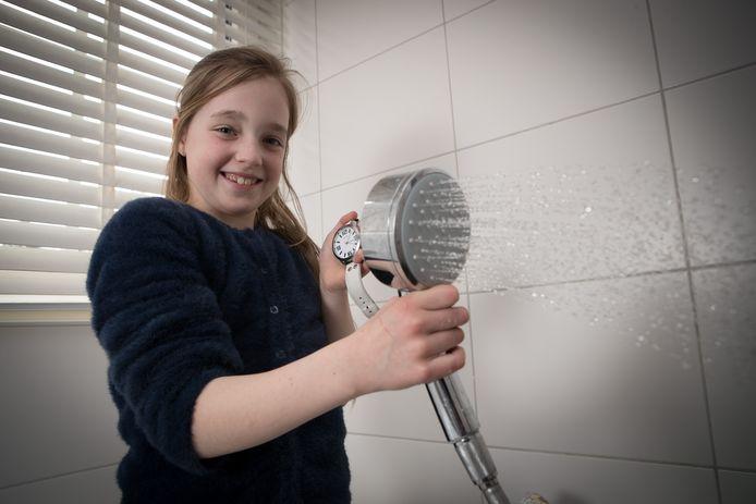 Lenthe is Junior Energiecoach en probeert een oplossing te vinden voor de waterverspillende douchekop.