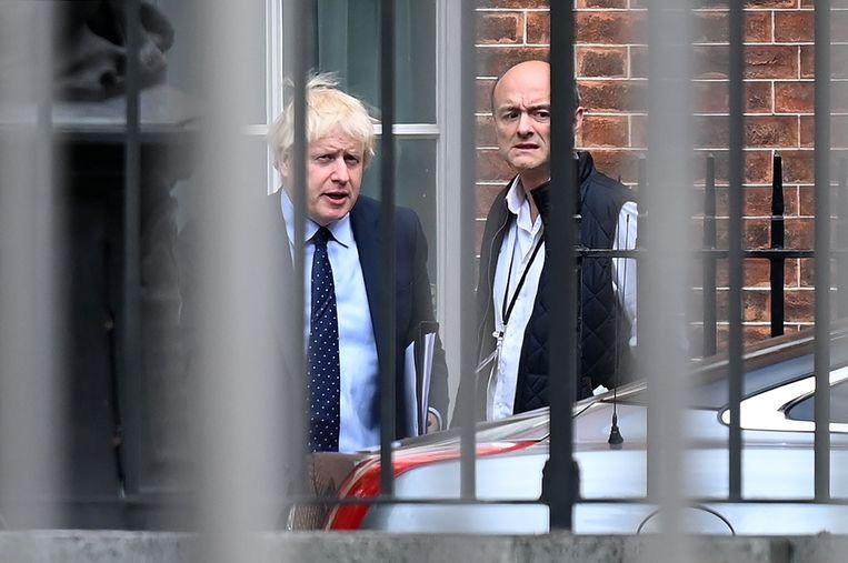 Ontregelaar Dominic Cummings (rechts) met zijn baas, premier Johnson.  Beeld AFP