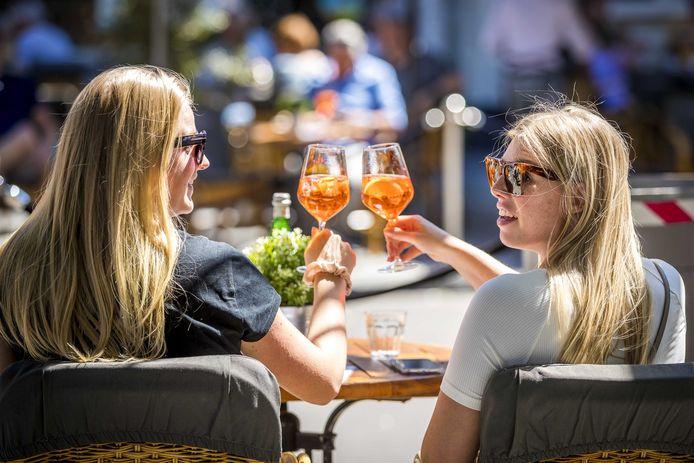 Archiefbeeld. Vanaf zaterdag 8 mei mogen cafés en restaurants opnieuw klanten bedienen op het terras.