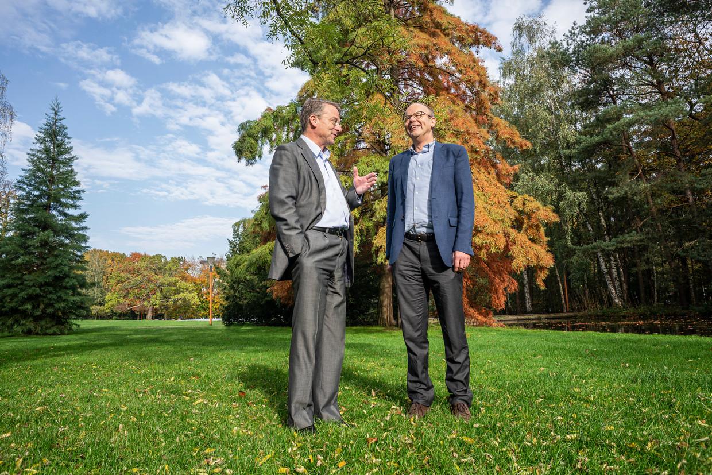 Archieffoto: Theoloog Paul van Geest (links) en Lans Bovenberg (rechts) in gesprek op de Universiteitscampus in Tilburg.