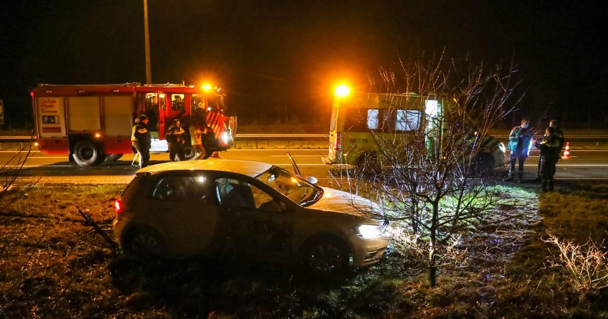 Auto schiet na botsing met vrachtwagen van A50 bij Loenen en ramt verkeersbord: bestuurder naar ziekenhuis.