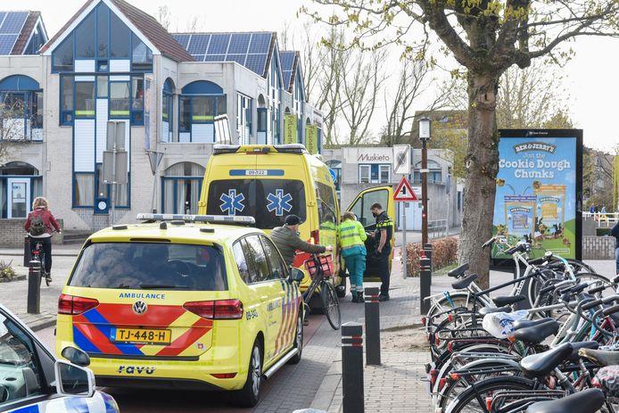 Hulpdiensten in Utrecht Lunetten na de mishandeling door jongens met opvallende truien aan.