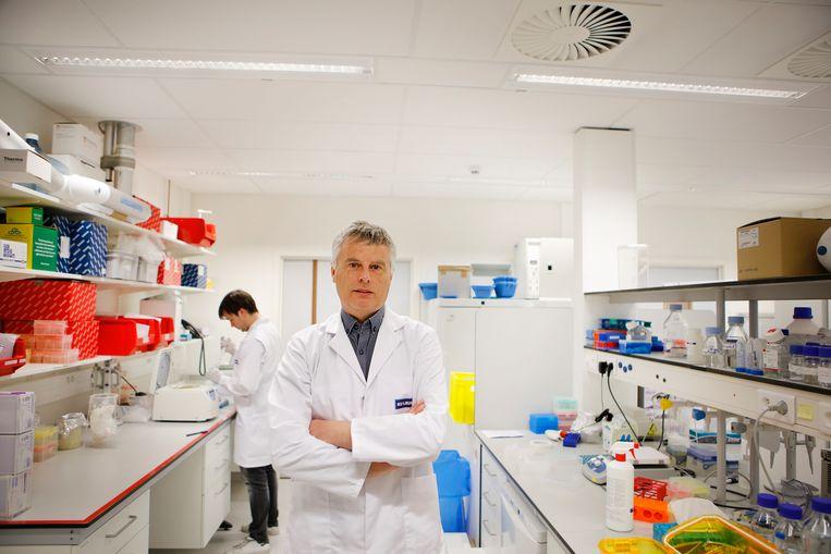 Professor Johan Neyts (KU Leuven) werkt met zijn team ook aan een vaccin tegen het coronavirus. Beeld Layla Aerts / KU Leuven