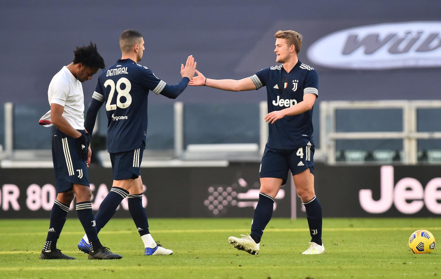 Matthijs de Ligt (r) en Merih Demiral vieren de overwinning.