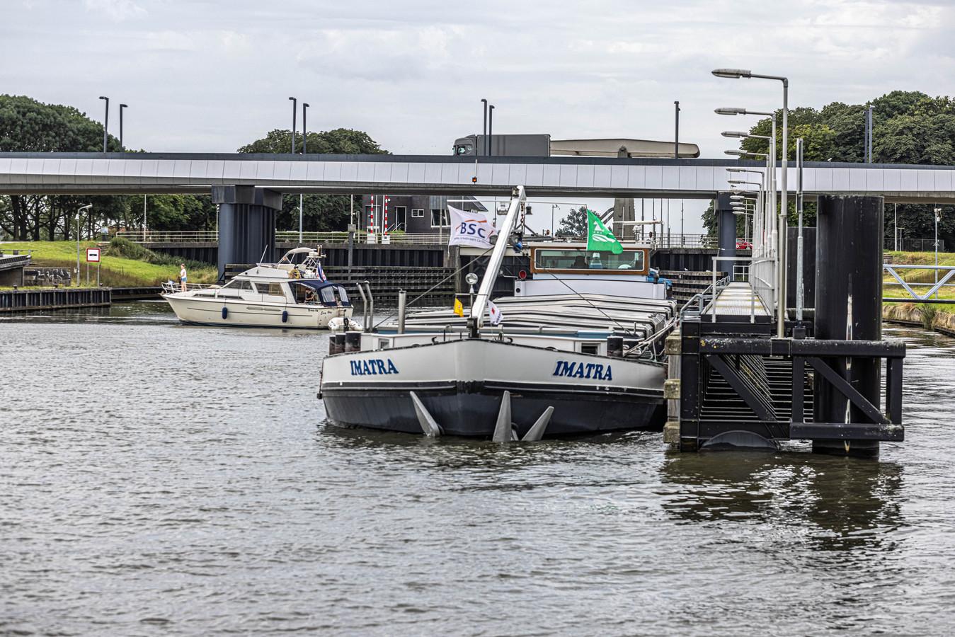 De Imatra ligt in het Zwolle-IJsselkanaal