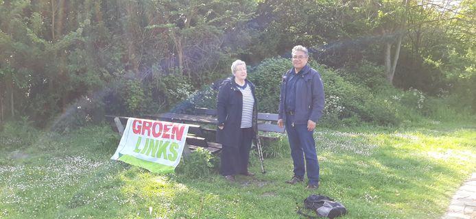 Fractieleden Gorana Kordis en Jeroen Portier van GroenLinks op de parkeerplaats bij het Nollebos, onderaan de Vlissingse boulevard.