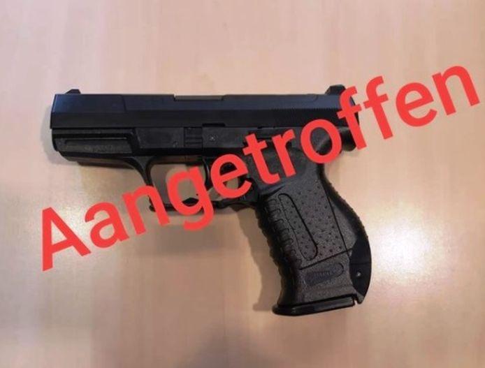 Het balletjespistool dat bij de twee Giessenburgers in Gorinchem werd gevonden.