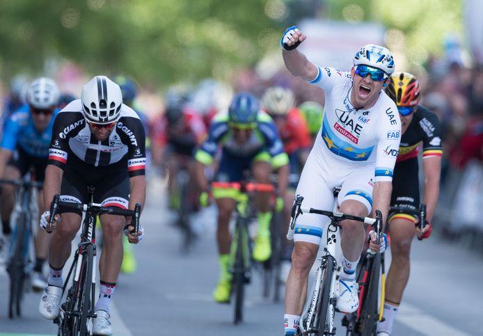 De Europese kampioen klopt Matthews (l.) en Belgisch kampioen Naesen (r.) in de sprint. De Bie (uiterst links) is de tweede landgenoot in de top 5.