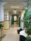 Een van de gangen: het pand blijft zoveel mogelijk als schoolgebouw herkenbaar.