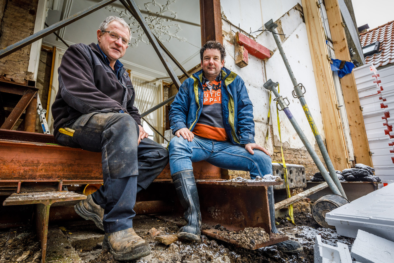 Buurman en buurman trekken een huis recht: Harm Bonsink en Marcel Wieling klaren de klus samen.