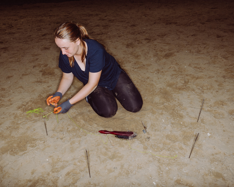 Charlotte Horemans (17) gaat archeologie doen: 'Laat mij maar even met mijn blote handen de grond afgraven.' Beeld Wouter Maeckelberghe