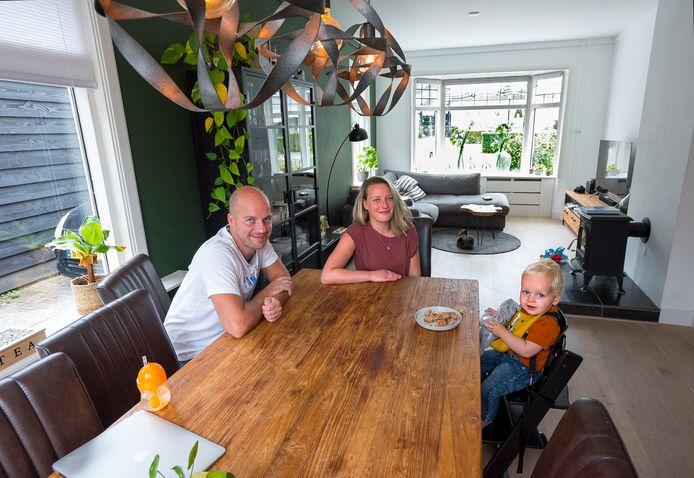 Pascal en Juliette Fugers met hun zoon Matias in hun huis aan de Nieuweweg 17A in Soest.