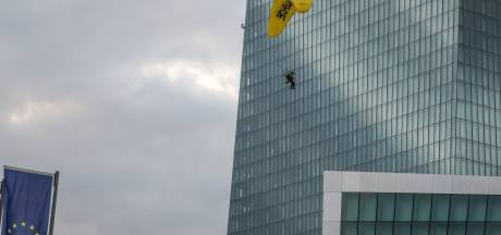 Des militants Greenpeace se posent sur une tour de la BCE à Francfort
