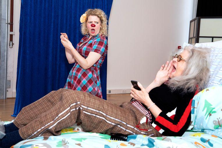 Clown Soes, Sylvia Boone (29) en op het bed Trudie Lute alias CliniClown Luut (sinds 2016) en coach van de Cliniclowns, ze zit ook in de sollicitatiecommissie.  Beeld Martijn van de Griendt