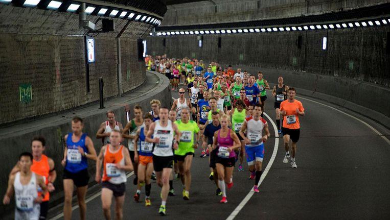 Zondag 23 september is de IJtunnel het terrein van 46.000 hardlopers en gesloten voor alle verkeer. Beeld ANP