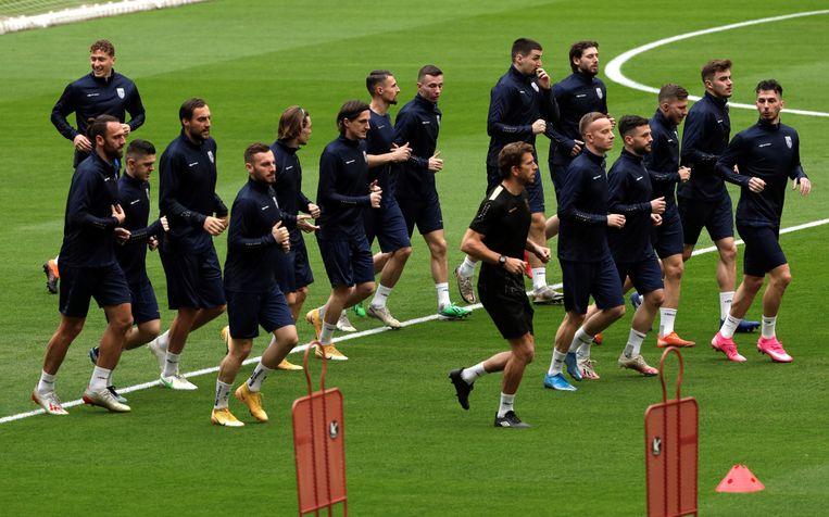 De spelers van Kosovo wonen een training bij in het La Cartuja stadion in Sevilla, Andalusië, Spanje. Beeld EPA