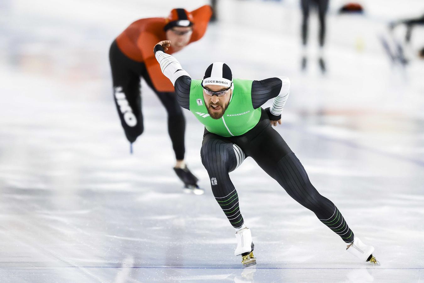 Kjeld Nuis in actie op de 1000 meter tegen Lennart Velema tijdens de NK Afstanden.