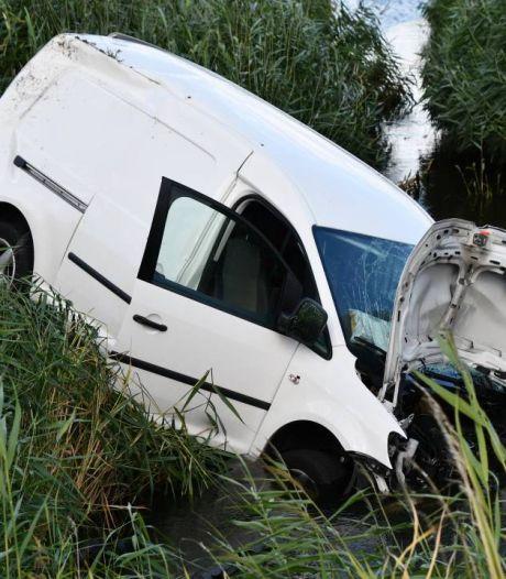 Pakketbezorger belandt in de sloot bij Sint- Maartensdijk en moet naar het ziekenhuis