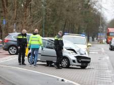 Ambulancemedewerkers die toevallig passeren helpen  na botsing tussen auto en vrachtwagen in Baarn