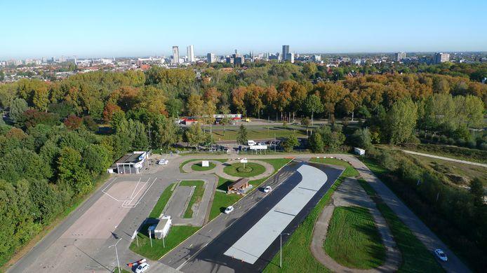 Het terrein van Verkeersschool Leeuw met op de achtergrond de Boutenslaan.