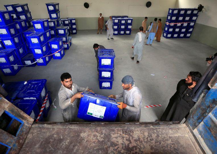 Stembusmedewerkers laden biljetten in voor transport naar Jalalabad.  Beeld REUTERS