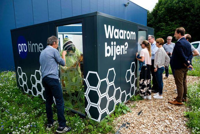 Nieuwsgierigen konden gisteren een kijkje nemen aan het bijenpaviljoen van Protime.