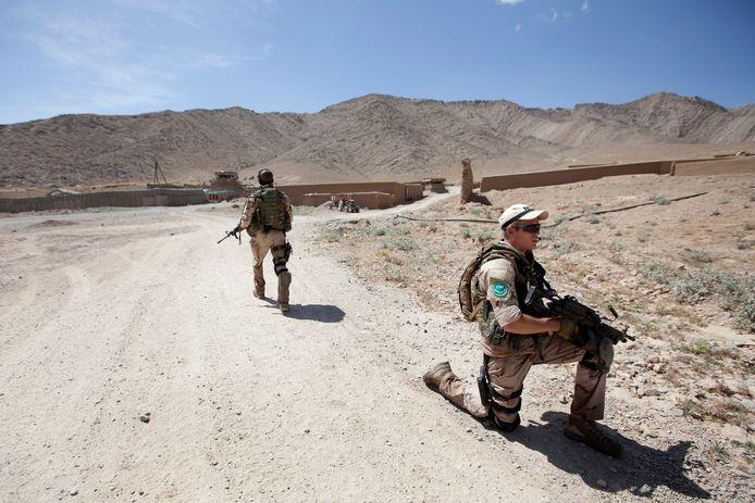 Nederlandse militairen bewaken de omgeving in Ali Shirzai, een dorp vlakbij de FOB Mirwais.