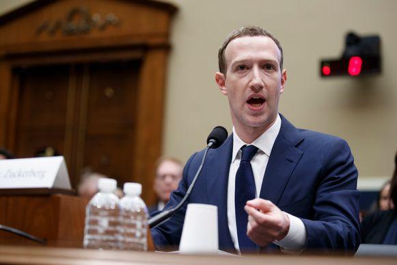 Mark Zuckerberg tijdens de marathonzitting voor de Amerikaanse senaat. Die vond niet plaats achter gesloten deuren.