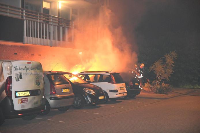 Vlammen slaan uit de Skoda Fabia aan de Dreef in Gouda.