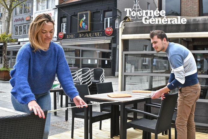 Bij Brasserie 22 in Izegem meten ze nog eens of de tafeltjes en stoelen anderhalve meter uit elkaar staan.