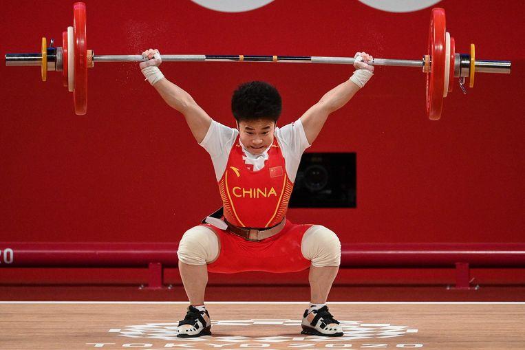 De Chinese Hou Zhihui neemt deel aan de 49kg gewichthefwedstrijd voor dames tijdens de Olympische Spelen van Tokio 2020 op het Tokyo International Forum in Tokio op 24 juli 2021.  Beeld AFP