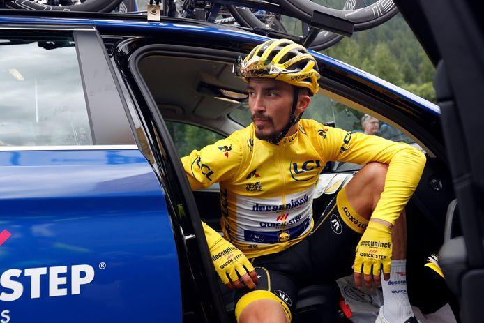 Julian Alaphilippe baalt van de beslissing. Hij is zijn gele trui kwijt.