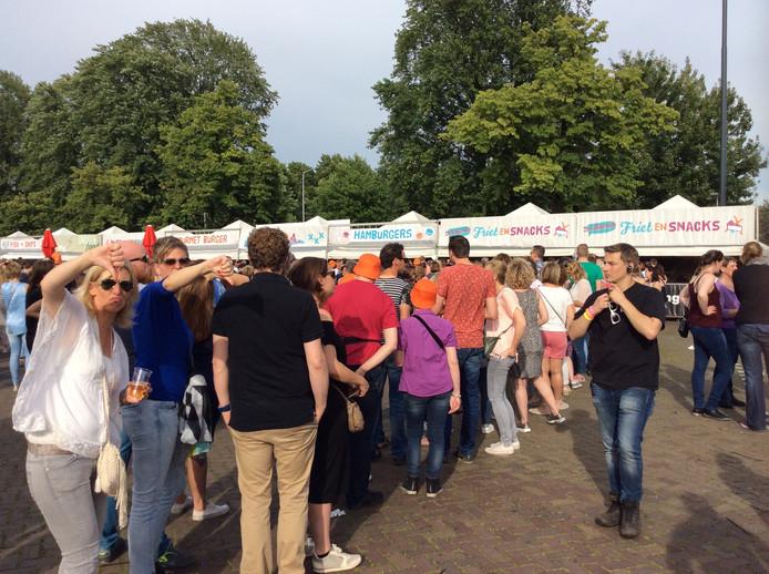 Na de rijen bij de muntjes volgt een rij bij de friet. Ondanks de gezellige sfeer hadden die volgens Eveline Bosman (32, uit Tilburg ) wel wat korter mogen zijn.