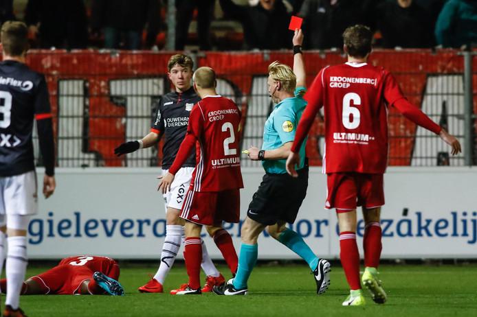 NEC-debutant Ole Romeny krijgt de rode kaart van scheidsrechter Kevin Blom.