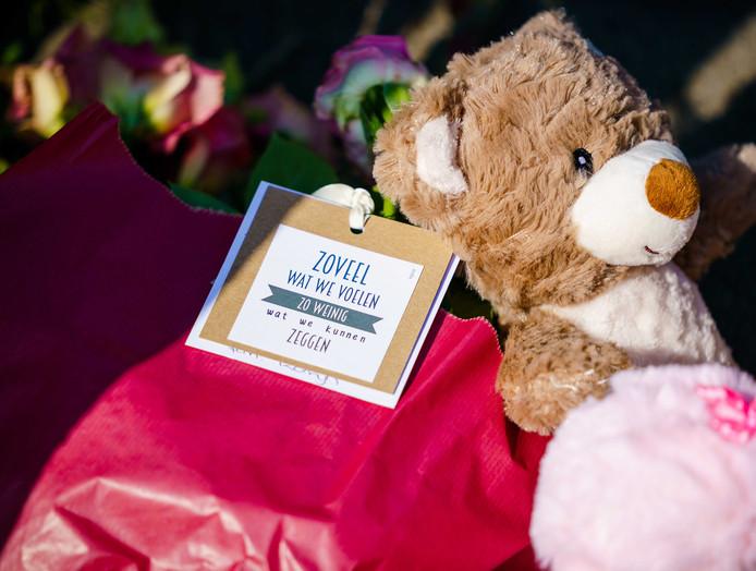 Bij de woning op de Heimerstein in Dordrecht leggen mensen bloemen en knuffels neer.