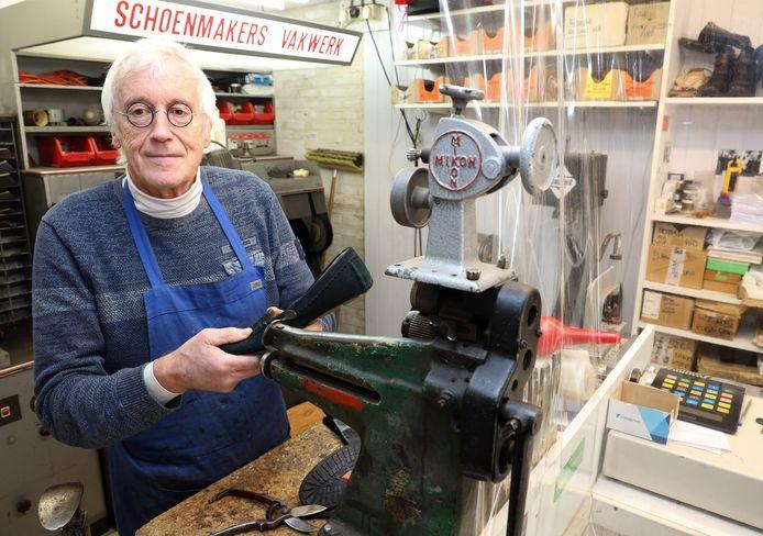 Fred Schirris (72) lapt er na ruim 57 jaar nog altijd fanatiek op los.