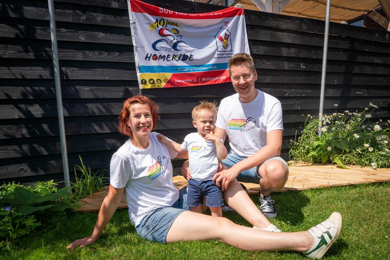 Janneke Jegen en Jac Duyf met hun zoontje Casper in shirts van Team Ralf, met het logo dat door Duyf is ontworpen.