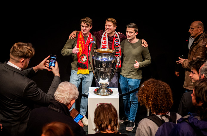 Tientallen Feyenoordsupporters gingen vanmiddag in de Rotterdamse bioscoop LantarenVenster met de Europa Cup op de foto.