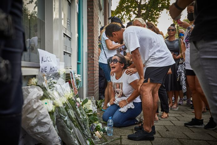 Erica Albuquerque (32) schreeuwt het uit van verdriet voor de portiekflat aan de Mathenesserdijk waar haar dochter op 12 augustus om het leven werd gebracht.