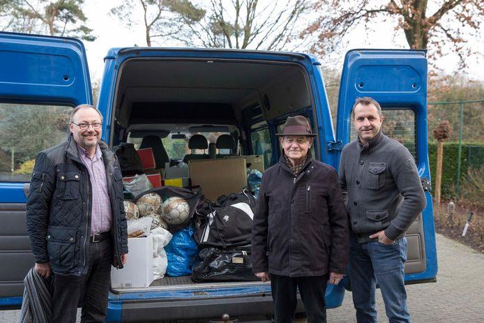 Jan Cox, Jef Gielkens en Ronny Van Geneugden aan het busje vol met spullen voor kindjes uit Malawi.