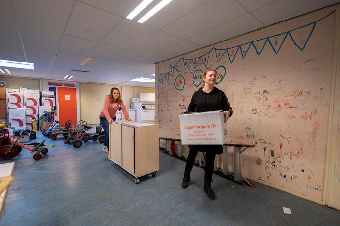 Dorien de Haan (achter) en Manon Valkenburg (voor) bij de verhuizing van De Marke in Apeldoorn. Het 45 jaar oude gebouw van de school aan het Holtrichtersveld wordt gesloopt. Tot en met de zomer van 2022 zit het daarom op een tijdelijke locatie.