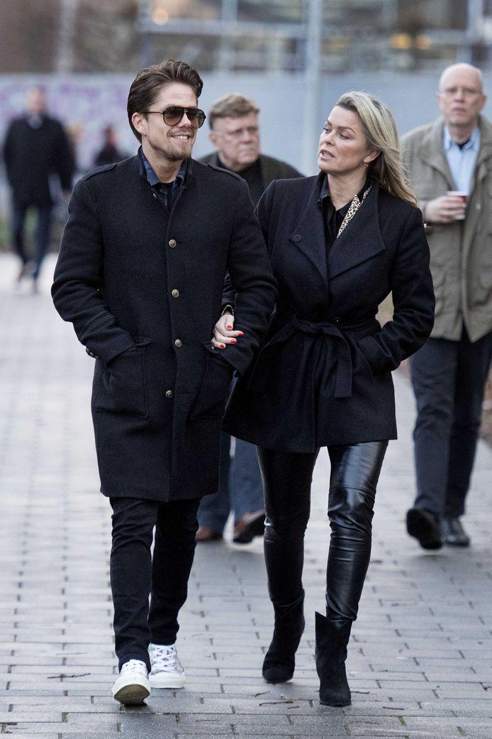 Bridget Maasland arriveert met André Hazes bij de rechtbank.