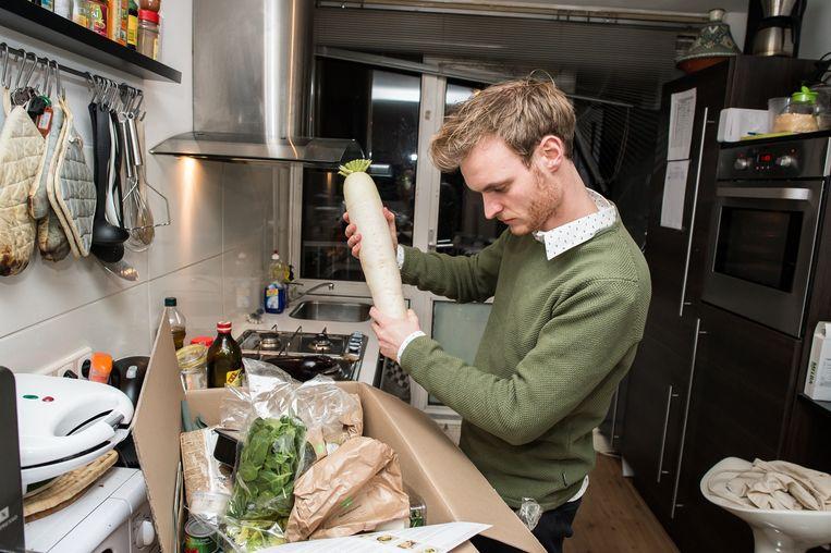 Joep eet rettich met Hello Fresh Beeld Mats van Soolingen