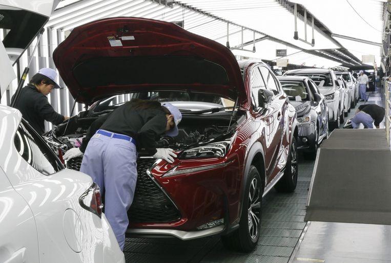 Een werknemer van Toyota inspecteert een Lexus NX. Beeld anp