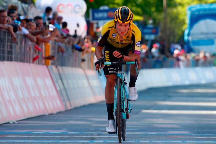 Roglic komt 50 seconden na zijn concurrenten over de streep.