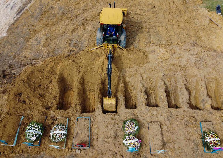 Graven in de Nossa Senhora Aparecida begraafplaats in Brazilië. Beeld AFP