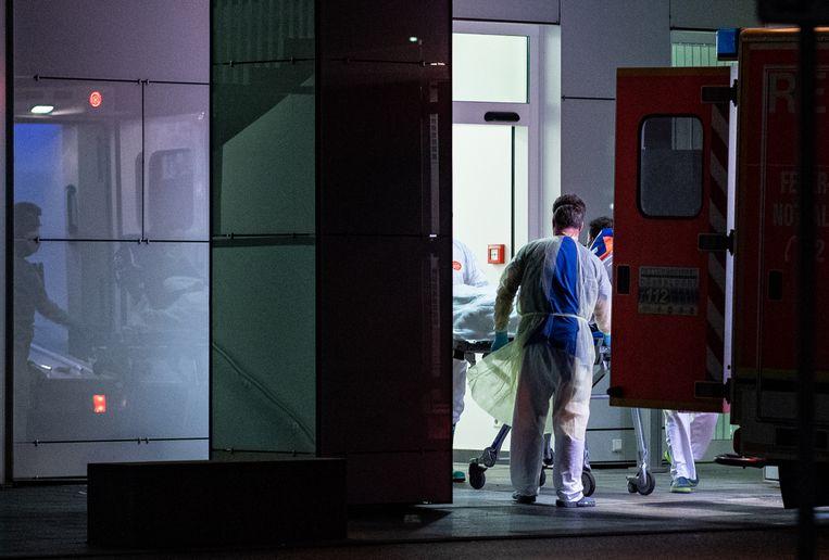 De eerste coronapatiënt uit Noordrijn-Westfalen arriveert bij het academisch ziekenhuis van Düsseldorf.  Beeld Guido Kirchner/dpa